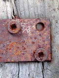 La bisagra de puerta oxidada atornilla la madera Imagen de archivo libre de regalías
