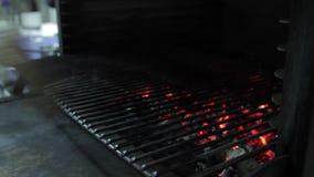 La bistecca è disposta nella griglia stock footage