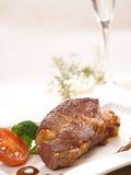 La bistecca è servito con la tazza fotografia stock libera da diritti