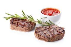 La bistecca è servito con salsa, decorata con il ramoscello dei rosmarini Fotografia Stock Libera da Diritti