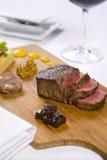 La bistecca è servito sul cassetto di legno con i condimenti immagine stock