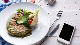 La bistecca arrostita con le verdure ed il peperone dolce verde sauce Fotografia Stock Libera da Diritti
