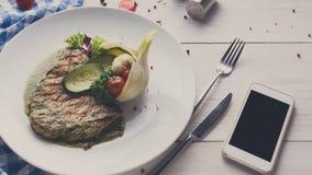 La bistecca arrostita con le verdure ed il peperone dolce verde sauce Fotografia Stock
