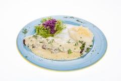 La bistecca arrostita deliziosa completata con la salsa di formaggio è servito con la purea di patate e dell'insalata Fotografia Stock Libera da Diritti
