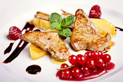 Primo piano della bistecca del pollo con la frutta Immagine Stock Libera da Diritti