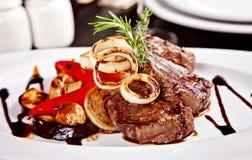 Bistecca di manzo con il sause delle verdure, del rosmarino e della soia Fotografia Stock