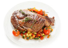 La bistecca di Ribeye con scalpore ha fritto le verdure isolate su bianco fotografia stock