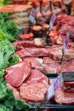 La bistecca ed altre carni ai macellai ricambiano immagine stock libera da diritti