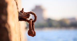 La bitta arrugginita aspetta alla banchina una barca da legare Fondo vago, fine su, dettagli, insegna Fotografie Stock Libere da Diritti