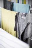 La blanchisserie lavée propre est séchée dans la maison photos libres de droits