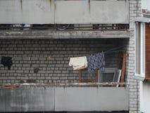 La blanchisserie lav?e est s?ch?e sur le balcon de la maison photographie stock