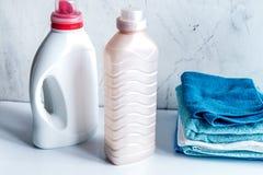 La blanchisserie a placé avec des serviettes et des bottels de plastique sur le fond blanc photo stock