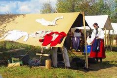 La blanchisserie sèche sur une femme de la tente A se tient prêt la tente Photographie stock