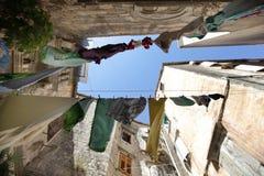 La blanchisserie s'est arrêtée pour sécher au-dessus d'une rue italienne photo libre de droits