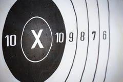 La blanco de papel del tiroteo golpeó en x y la cuenta 10 con el espacio de la copia imagenes de archivo