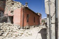 La blocaille du tremblement de terre a endommagé le bâtiment, camp de secours de Rieti, Amatrice, Italie Image libre de droits