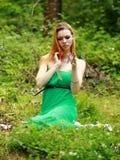 La blonde émotive, cartes de jeu, jette des cartes sur l'herbe Photo stock