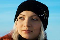 La blonde avec du charme contre le ciel Image libre de droits