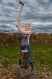 La blonde avec la hache Images stock