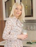 La blonde avec un sourire d'un ange Photographie stock