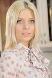 La blonde avec un sourire d'un ange Image stock