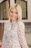 La blonde avec un sourire d'un ange Photos stock