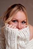La blonde couvre timidement son visage de ses mains Photo libre de droits