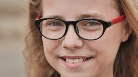 La blonde de sourire fille de 10 ans habille des verres Faites face au plan rapproché clips vidéos
