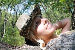 La blonde en bois se trouve sur l'arbre images stock