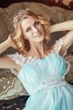 La blonde enceinte de jeune mariée dispose à devenir une mère et une épouse Longue robe de turquoise sur un corps de fille Cheveu Images stock