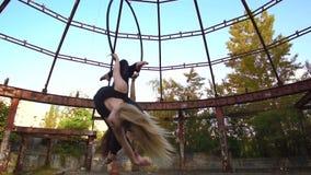 La blonde et la brune au ralenti de tir tournent sur l'anneau pour acrobatique aérien clips vidéos