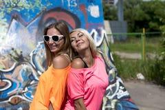 La blonde et la brune se reposent dans la ville, souriant, style de mode, bonne activité, la vie de ville, étudiant Images stock