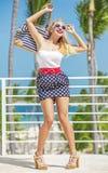 La blonde heureuse est venue aux Caraïbe image stock