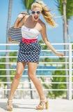 La blonde heureuse est venue aux Caraïbe photographie stock libre de droits