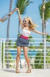 La blonde heureuse est venue aux Caraïbe photographie stock