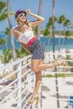 La blonde heureuse est venue aux Caraïbe dans le casque photo libre de droits