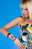 La blonde regarde l'horloge dans le studio Images libres de droits