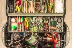 La boîte à leurres d'équipement d'attirails de pêche, wobblers de bobine de pêcheur d'amorces bâtissent le conducteur de flotteur Image libre de droits