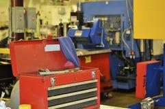 La boîte à outils ouverte du mécanicien à l'usine Images stock