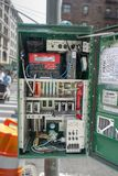La boîte électrique de contrôleur de boîte de réverbères s'est ouverte avec tout dur photos libres de droits