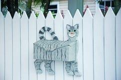 La boîte aux lettres a formé comme un chat, barrière blanche, paume, art de rue, clés Photographie stock libre de droits