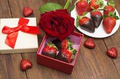 La boîte avec du chocolat savoureux a plongé les fraises et la rose sur la table Jour du `s de Valentine Photographie stock