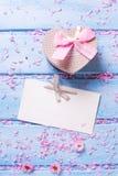 La boîte avec le présent sous la forme du coeur, pétales de Sakura dentellent des fleurs Photo libre de droits