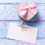 La boîte avec le présent sous la forme du coeur, pétales de Sakura dentellent des fleurs Photo stock