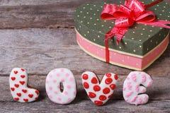 La boîte avec un arc sous forme de coeur et l'inscription aiment Photo libre de droits