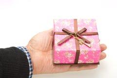 La boîte-cadeau a été placée dans ma paume Photos libres de droits