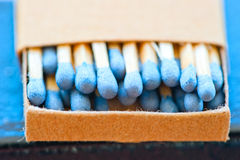 La boîte d'allumettes avec le bleu dirige le plan rapproché image stock