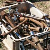 La boîte d'occasion s'est rouillée des outils de matériel à la vente de botte Photographie stock libre de droits