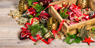 La boîte de décorations de Noël tient le premier rôle des ornements de jouets Image stock