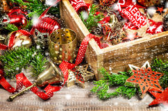 La boîte de décorations de Noël tient le premier rôle la neige de vintage d'ornements Image stock